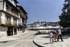 Guimaraes, Braga, Portogallo 14 agosto 2017: Il quadrato principale della città ha chiamato Santiago, con i pavimenti del ciottol fotografia stock libera da diritti