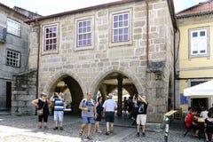 Guimaraes, Braga, Portugal 14 augustus, 2017: De gotische stijlbogen van een steenhuis in het meest centrale vierkant van de stad Royalty-vrije Stock Foto