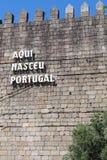 Guimaraes kasztelu ściana z wpisowym Aqui Nasceu Portugalia zdjęcie royalty free