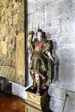 Guimaraes, Portogallo 14 agosto 2017: Dettaglio di una scultura policroma medievale di un uomo in armatura che porta una candela  fotografia stock