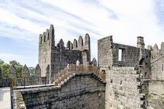 Guimaraes, Portogallo 14 agosto 2017: La gente che cammina tramite le pareti del castello di re Afonso Henriques costruito nel el Fotografia Stock Libera da Diritti