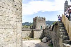 Guimaraes, Portogallo 14 agosto 2017: Pareti del castello di re Afonso Henriques costruito nel XI secolo ed in buon condi Immagine Stock