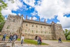 Guimaraes slott i Guimaraes, Braga område, Portugal Det är en av de äldsta portugisiska slottarna Alfonso I Henriques, granarna royaltyfri bild