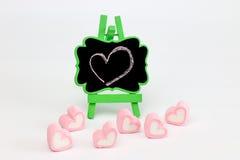 Guimauve dans la forme de coeur et le support de tableau noir Image libre de droits