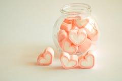 Guimauve dans la forme de coeur pour l'amour dans la bouteille en verre Image libre de droits
