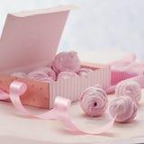 Guimauve de baie dans un boîte-cadeau sur un fond rose Photo stock