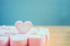 Guimauve de forme de coeur pour le fond de valentines Images stock
