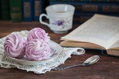 Guimauve ou zéphyr faite maison avec une tasse de thé au-dessus du fond en bois Image libre de droits