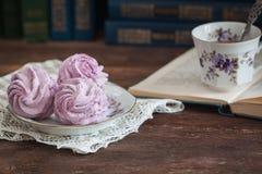 Guimauve ou zéphyr faite maison avec une tasse de thé au-dessus du fond en bois Photographie stock libre de droits