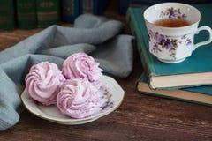 Guimauve ou zéphyr faite maison avec une tasse de thé au-dessus du fond en bois Photos stock