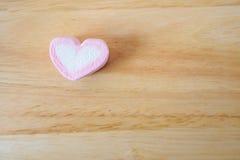 Guimauve rose de forme de coeur pour le fond de valentines Photos stock