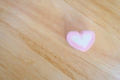 Guimauve rose de forme de coeur pour le fond de valentines Photo stock