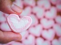 Guimauve rose de forme de coeur pour le fond de valentines Images libres de droits
