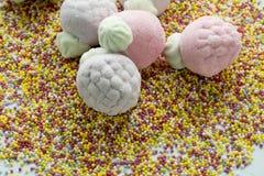 Guimauve sous la forme de fraises, et de boules de sucre Photographie stock libre de droits