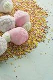Guimauve sous la forme de fraises, et de boules de sucre Image stock