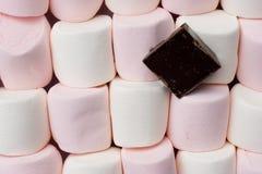 Guimauves avec le fond de chocolat de brame Image libre de droits