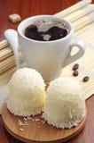 Guimauves avec les noix de coco et le café Photos stock