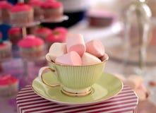 Guimauves dans une tasse de thé Photographie stock