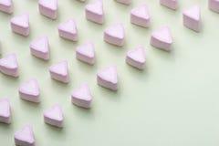 Guimauves de coeurs de sucrerie de jour de valentines au-dessus de fond vert Photo libre de droits