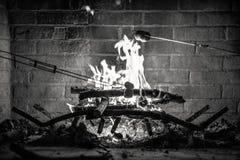 Guimauves de torréfaction au-dessus d'un feu Photos libres de droits