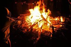 Guimauves de torréfaction par un feu Photos stock
