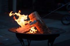 Guimauves de torréfaction sur le puits du feu Photos stock