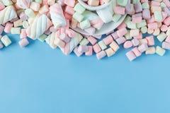 Guimauves douces de sucrerie sur le bleu Photo libre de droits