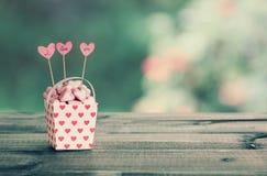 Guimauves en forme de coeur dans le seau de papier Photographie stock