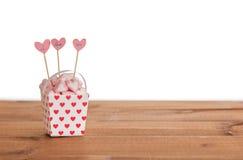 Guimauves en forme de coeur dans le seau de papier Images stock