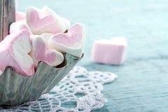 Guimauves en forme de coeur roses dans un petit gâteau en métal Photographie stock libre de droits