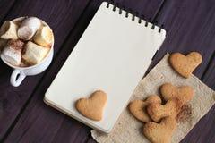 Guimauves et chocolat dans une tasse avec des biscuits Photographie stock libre de droits