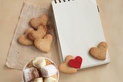 Guimauves et chocolat dans une tasse avec des biscuits Photo stock