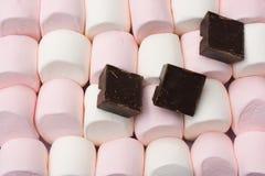 Guimauves géantes avec du chocolat de brame Photos stock