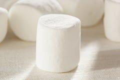Guimauves rondes pelucheuses blanches délicieuses Photo libre de droits