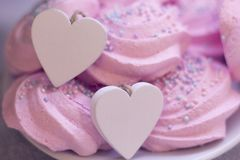 Guimauves roses et coeur en bois Photo stock