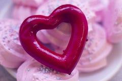 Guimauves roses et coeur rouge Photos stock