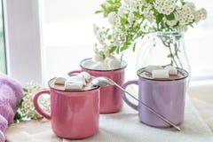 Guimauves sur le cacao chaud dans des tasses roses Photographie stock