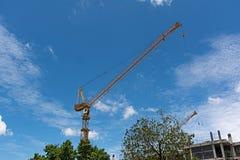 Guindaste com fundo do céu azul Fotografia de Stock