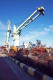 Guindaste da carga do porto sobre o fundo do céu azul Porto marítimo, guindaste para carregar no por do sol transporte fotografia de stock