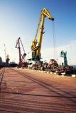 Guindaste da carga do porto sobre o fundo do céu azul Porto marítimo, guindaste para carregar no por do sol transporte imagens de stock royalty free