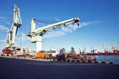 Guindaste da carga do porto sobre o fundo do céu azul Porto marítimo, guindaste para carregar no por do sol transporte foto de stock
