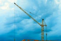 Guindaste da construção do canteiro de obras no céu da noite Imagem de Stock