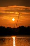 Guindaste de construção da silhueta no nascer do sol Imagens de Stock Royalty Free
