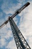 Guindaste de construção de encontro ao céu azul Imagens de Stock