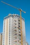 Guindaste de construção e edifício multi-storey foto de stock royalty free