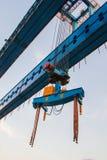 Guindaste de construção e viga do canteiro de obras da ponte imagens de stock royalty free