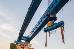 Guindaste de construção e viga do canteiro de obras da ponte foto de stock royalty free