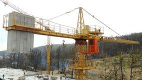 Guindaste de construção grande da vista aérea, fim acima Guindaste de construção em um fundo de construção, fim acima filme