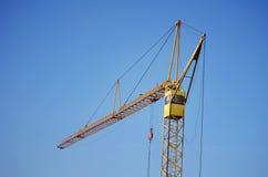 Guindaste de construção industrial no céu Foto de Stock Royalty Free