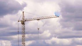Guindaste de construção nas nuvens filme